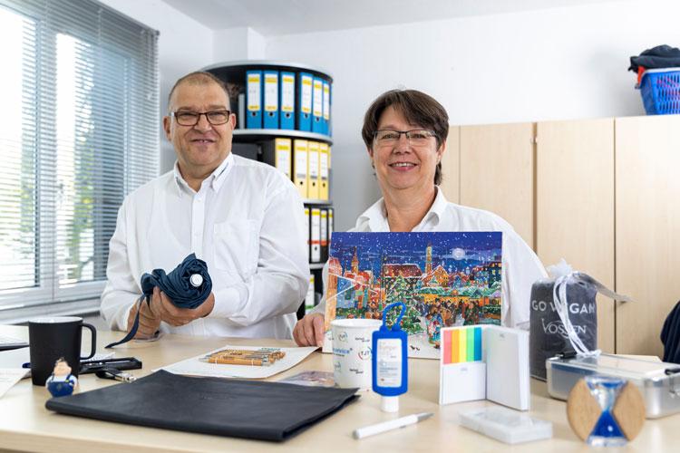 Herr und Frau Thielke mit einigen ihrer Werbemittel