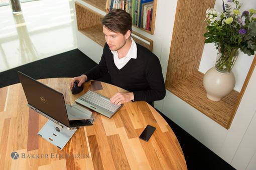 Ein Mann im Home Office