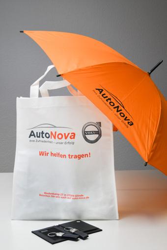 Ein Merchandise-Set bestehend aus USB-Stick, Tasche und Regenschirm